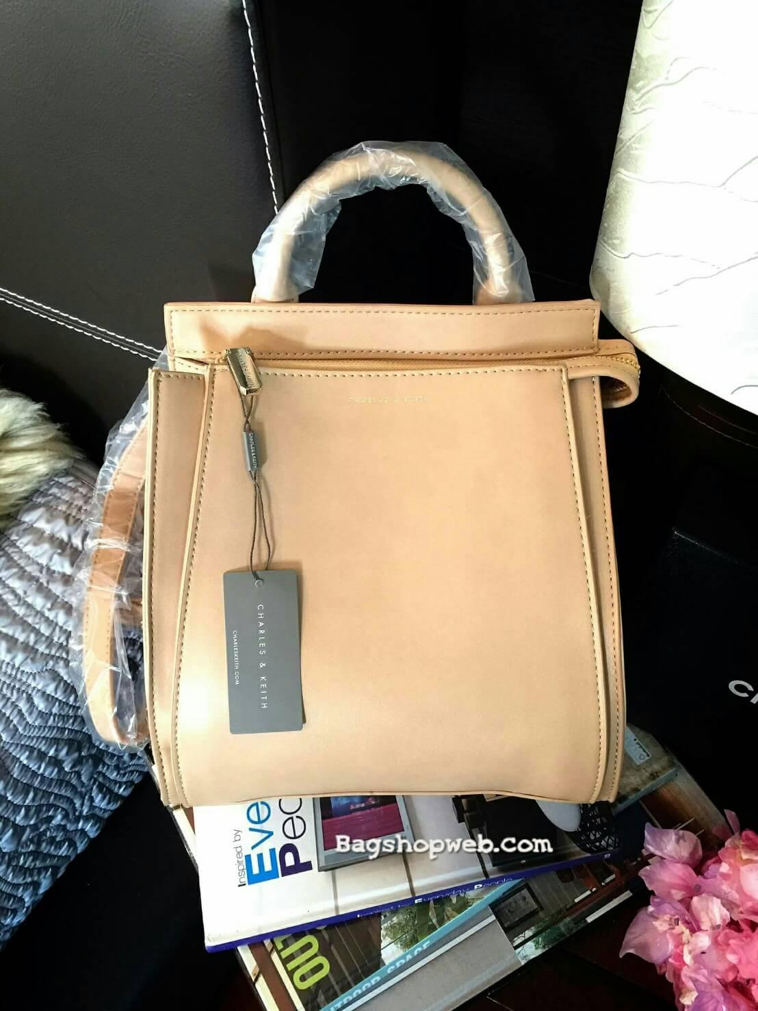 กระเป๋า CHARLES & KEITH TOP HANDLE BAG สีเบจ กระเป๋าถือหรือสะพายรุ่นใหม่ล่าสุดแบบชนช็อป
