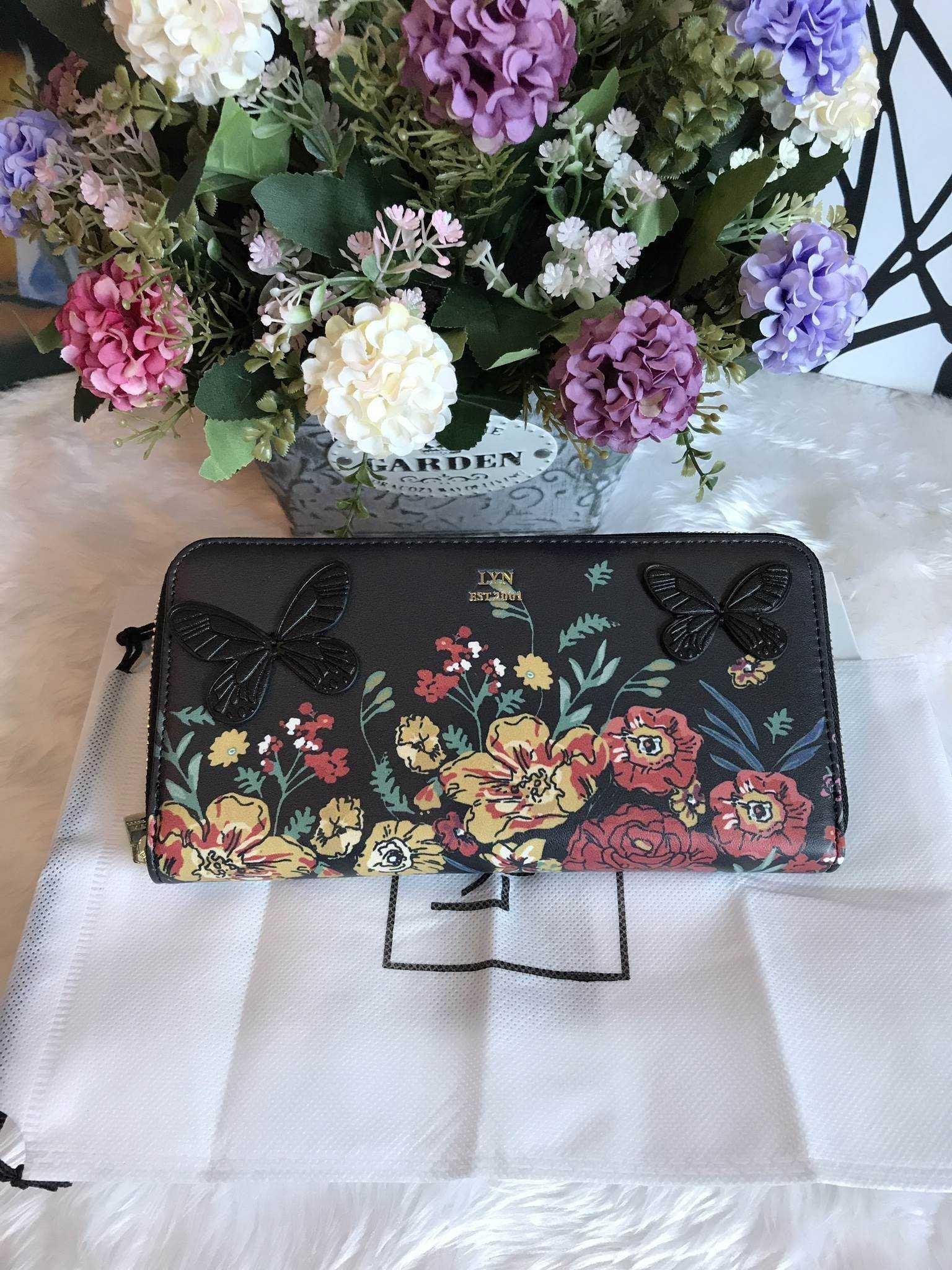 กระเป๋าเงิน ใบยาว ซิปรอบ LYN Clarlynna Long Wallet Bag สีดำ ราคา 1,190 บาท Free Ems