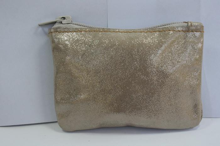 กระเป๋าหนังแท้ กระเป๋าใส่เหรียญ ด้านนอกเป็นผ้ามันวาว สีออกครีม สภาพดีมาก