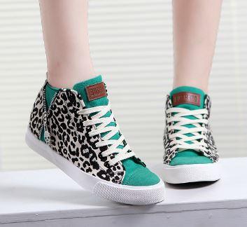 รองเท้าผ้าใบหุ้มข้อลายเสือประดับซิปข้าง