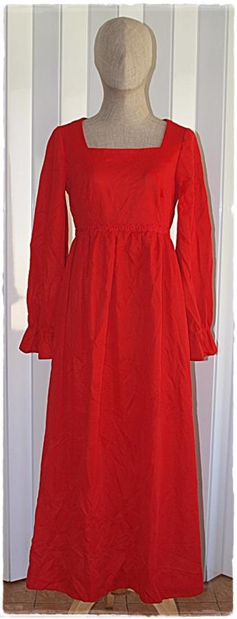 Sold เดรสยาว แขนยาว ต่อใต้อก ซิปหลัง สีแดง