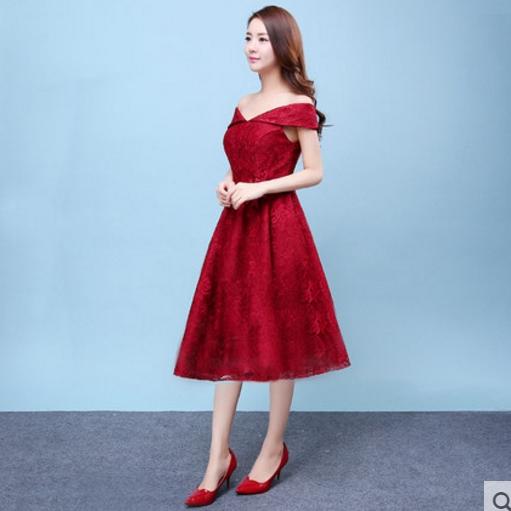 ชุดออกงาน ชุดไปงานแต่งงาน สีแดง ผ้าลูกไม้เกรดพรีเมี่ยม เปิดไหล่ เอวแต่งดอกไม้