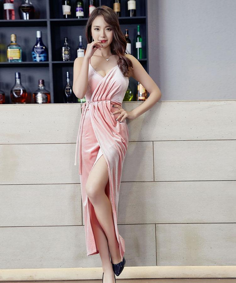 ชุดราตรียาวสีชมพู แนวเซ็กซี่สวยหรู
