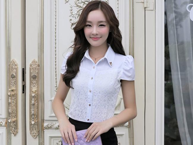 เสื้อเชิ๊ตทำงานผู้หญิง สีขาว คอปก แขนสั้น กระดุมผ่าหน้า ด้านหน้าผ้าลูกไม้ ด้านหลังเป็นผ้าชีฟอง