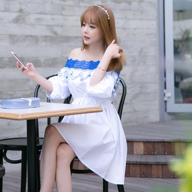 ชุดเดรสสั้นสีขาว เปิดไหล่ ปักลายสีฟ้า แขนพองๆ สวยหวานน่ารักๆสไตล์เกาลี