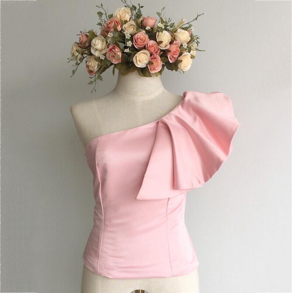 เสื้อออกงานสีชมพู ไหล่เฉียงแต่งระบาย