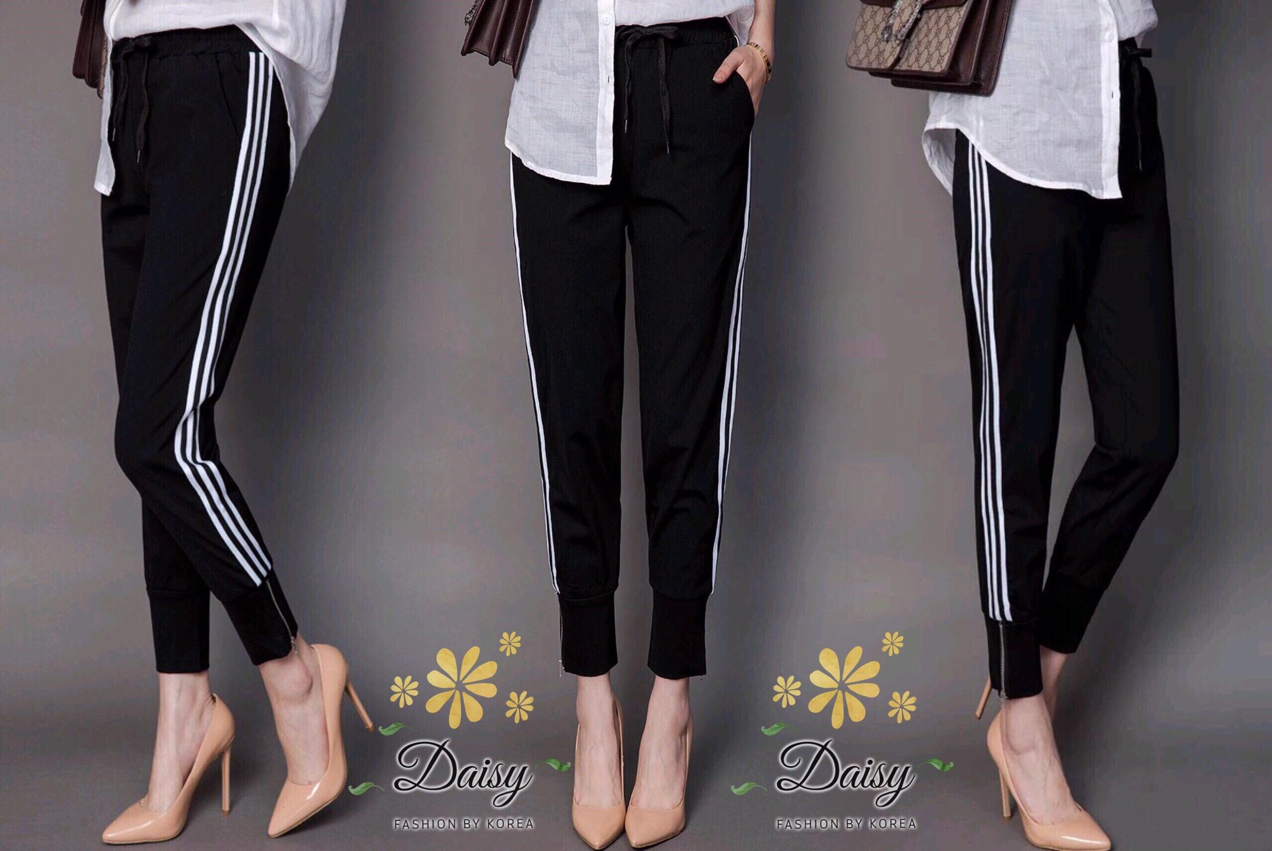 กางเกงสีดำแบบแถบข้าง เอวยางยืด ผ้าหนานิ่มอย่างดีค่ะ ปลายขาแบบจ้ำ ใส่แมทกับเสื้อยืดน่ารักค่ะ ผ้าไม่แนบตัวไม่อ้วนค่ะ มาหลายไซส์ให้เลือกค่ะ