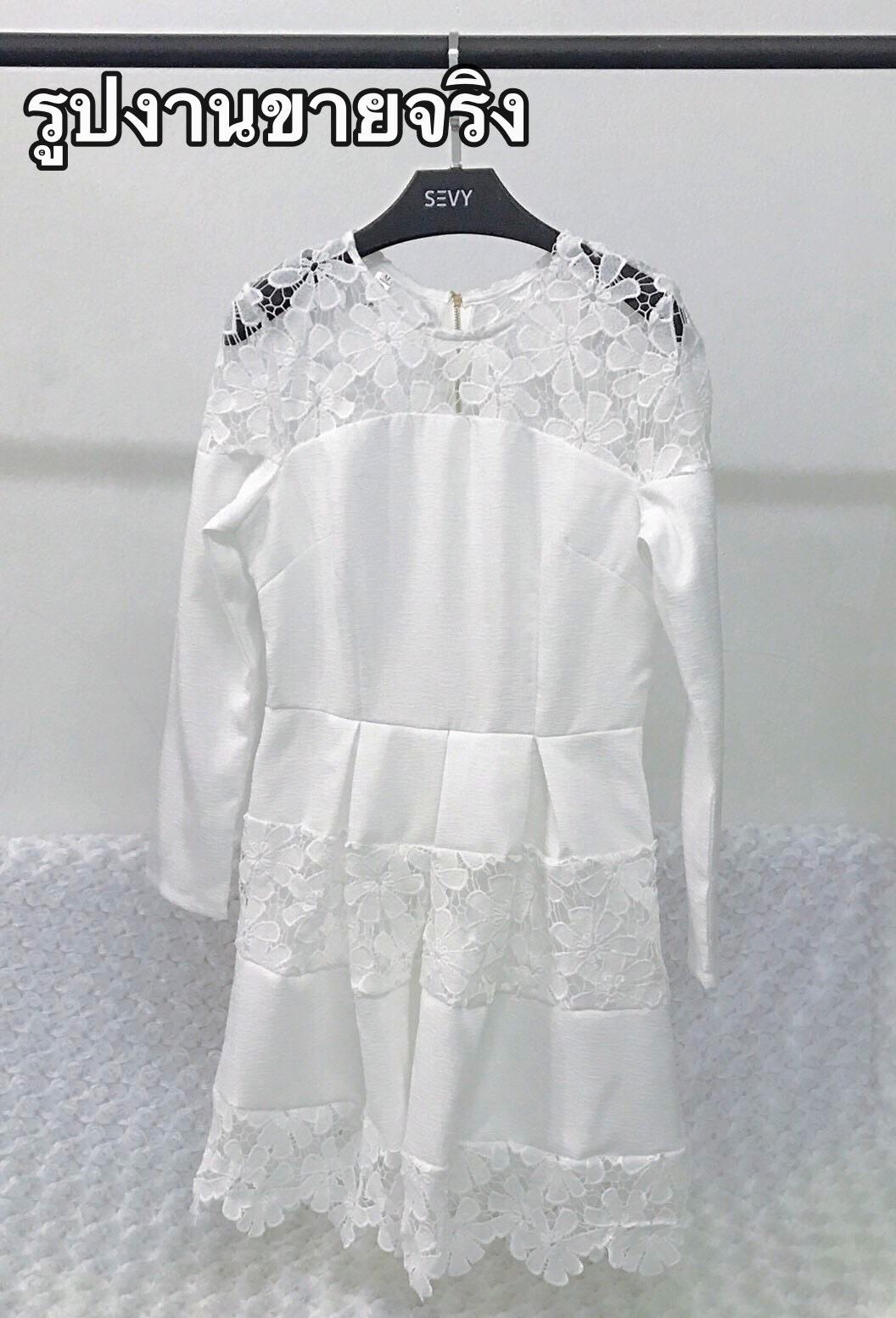 Mini dress โทนสีขาวแขนยาว เย็บต่อด้วยผ้าลูกไม้ช่วงอก