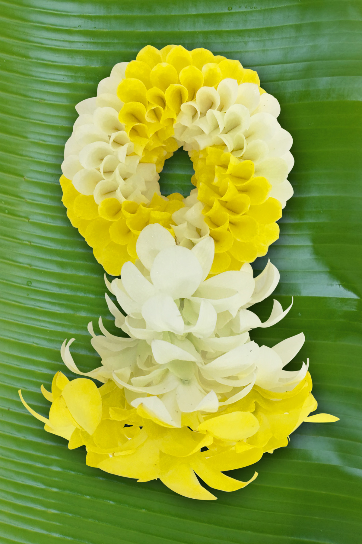 พวงมาลัยดอกไม้สด ขนาดกลาง รหัส 3304