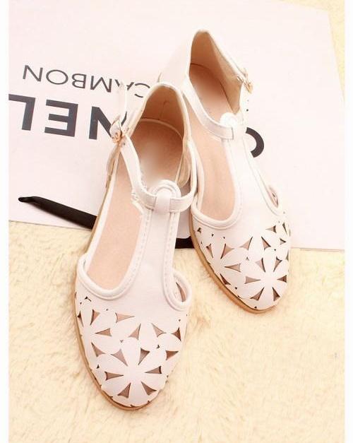 รองเท้าหน้งสีขาวฉลุลายดอกไม้สุดน่ารัก