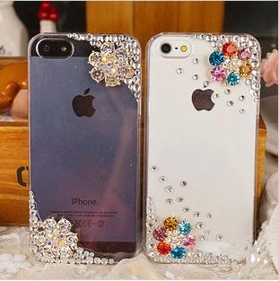 เคสไอโฟน 5/5s/SE เคสไอโฟนกรอบใส ประดับคริสตัลดอกไม้ขาว และเพชร มุมขอบ (ภาพซ้าย)