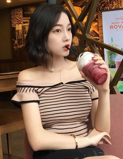 เสื้อไหมพรมแฟชั่น สีกาแฟ แต่งลายขวางแต่งคอปาดสวยหวานสไตล์เกาหลี