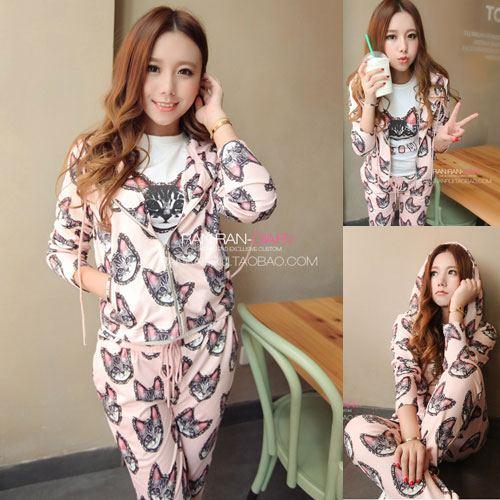 ++สินค้าพร้อมส่งค่ะ++Sport set เกาหลี เสื้อ jacket แขนยาว มี hood ผ้าพิมพ์ลายน้องแมว +กางเกงขายาว เอวผูก – สีชมพู