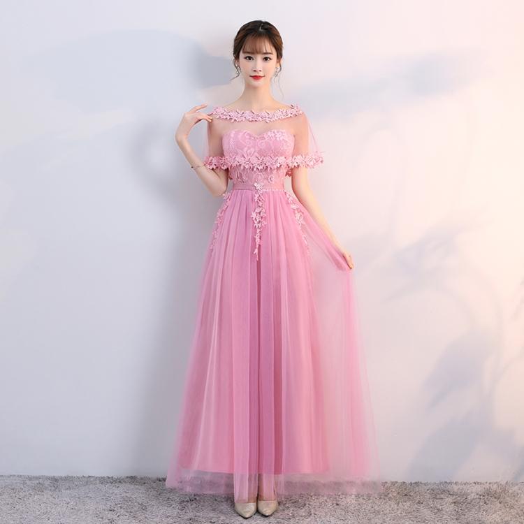 ชุดราตรียาวออกงาน ตัวชุดเป็นเกาะอกตัวเสื้อผ้าลูกไม้สีชมพูเข้ม ด้านหลังลำตัวตัวเป็นสม๊อก