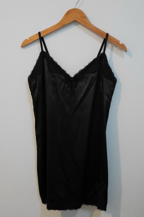 jp3795 ชุดนอนผ้าซาตินสีดำ แต่งผ้าลูกไม้ สายบ่าปรับได้ รอบอก 34-36 นิ้ว