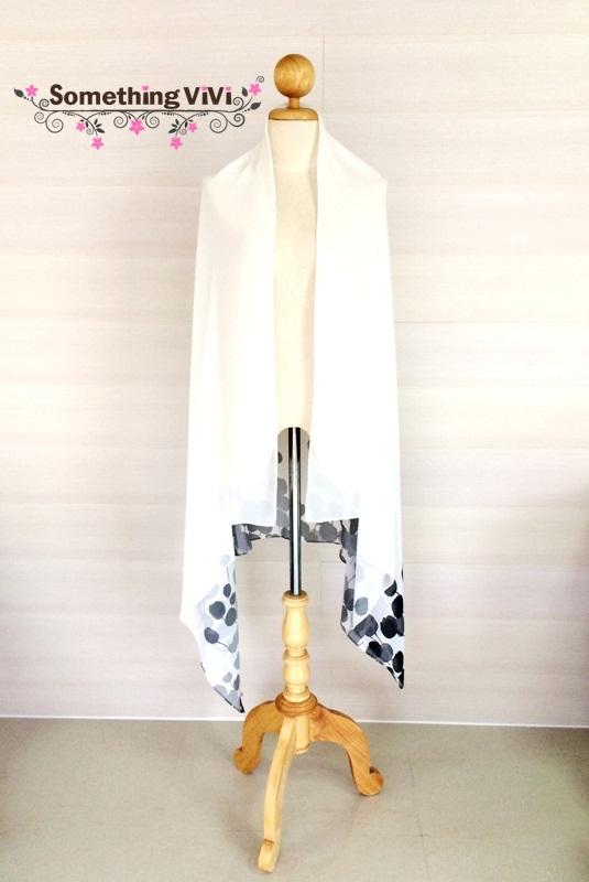 ผ้าพันคอ/ผ้าคลุมไหล่/ผ้าคลุมให้นม รุ่น Tulip Garden in Black & White (Size 2XL) ผ้าพันคอ ผ้าคลุมไหล่ลายดอกทิวลิปติดที่ชายผ้า สวยมาก ข้างบนเป็นสีขาวล้วน สีพื้นแบบเก๋ๆ ไปอีก ลายไม่ซ้ำใครแน่นอน ทั้งเก๋และแนวอย่าบอกใครเลยล่ะค่ะ ผ้าผืนใหญ่และยาวมากคุ้มสุดๆ ผ้า